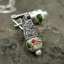 ต่างหูเงินแท้ 925 ตัวเรือนฝังแมกกาไซต์ ประดับ Murano Beads สีขาว