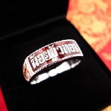แหวนนามสกุล แหวนเงินแท้ 925 หน้ากว้าง 8 มิล  ทรงแหวนหน้าเรียบท้องวงแคบ ตัวเรือนแกะลาย ลงยาพื้นสีแดง