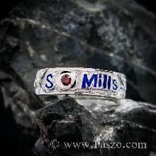 แหวนนามสกุล หน้ากว้างแหวน 7 มิล ฝังพลอย 1เม็ด ลงยาตัวอักษรสีน้ำเงิน