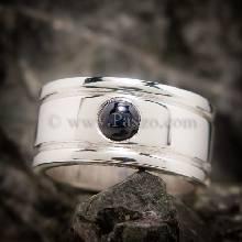 แหวนพลอยไพลิน แหวนผู้ชาย แหวนเงินแท้ ฝังพลอยไพลิน พลอยสีน้ำเงิน หลังเบี้ย ฝังจม แหวนผู้ชายแบบเรียบๆ
