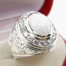 แหวนผู้ชาย ฝังโอปอล์สีขาว ล้อมเพชร ตัวเรือนแหวนเงินแท้ แกะลายไทยอ่อนช้อยงดงาม
