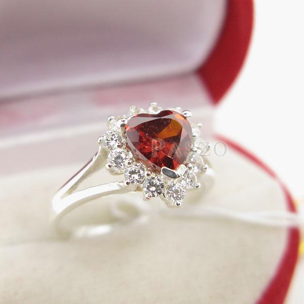 แหวนพลอยโกเมน รูปหัวใจ ล้อมเพชร #2