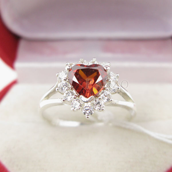 แหวนพลอยโกเมน รูปหัวใจ ล้อมเพชร #3