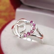แหวนเงินรูปหัวใจ 2 ดวงไขว้กัน ฝังด้วยพลอยทับทิม พลอยสีแดง แหวนรูปหัวใจ