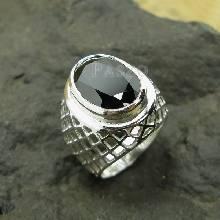 แหวนผู้ชาย ฝังนิลแท้ ตัวเรือนแหวนเงินแท้ บ่าข้างฉลุลายตาข่าย โปร่งใส่สบาย