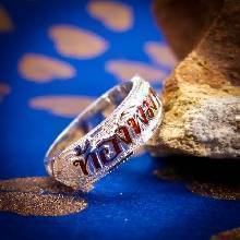 แหวนนามสกุล แหวนเงินแท้ หน้ากว้าง 6 มิล ทรงท้องแหวนแคบ แกะสลักลงยาตัวอักษรสีแดง ตัวแหวนแกะลายงดงาม