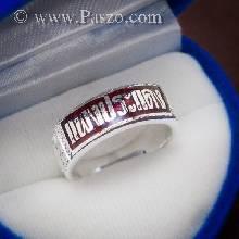 แหวนสลักชื่้อ นามสกุล หน้ากว้างแหวน 8 มิล ลงยาพื้นสีแดง ด้านข้างแหวนแกะลาย แหวนนามสกุลเงินแท้925