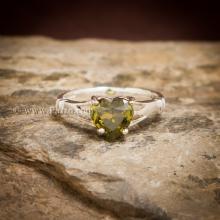 แหวนพลอยรูปหัวใจ พลอยเขียวส่อง แหวนพลอยเงินแท้