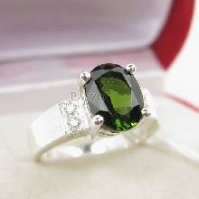 แหวนมรกตสีเขียว บ่าเพชร แนวขวาง แหวนเงินแท้ 925 พลอยมรกต สีเขียวเข้ม