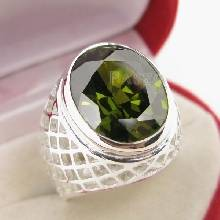 แหวนพลอยเขียวส่อง พลอยสีเขียวมะกอก แหวนพลอยผู้ชายฉลุลาย แหวนเงินแท้925