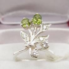 แหวนพลอยเขียวส่อง สีเขียวมะกอก แหวนช่อดอกไม้ แหวนเงินแท้925