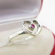 แหวนเงินแท้ รูปหัวใจ ฝังพลอยทับทิม เม็ดเล็ก ๆ
