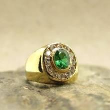 แหวนผู้ชาย แหวนทอง 90 ฝังพลอยมรกต ล้อมเพชร สำหรับผู้ชายนิ้วเล็ก